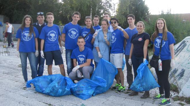 YES Abroad Sarajevo group with YES alumni following their clean-up activity